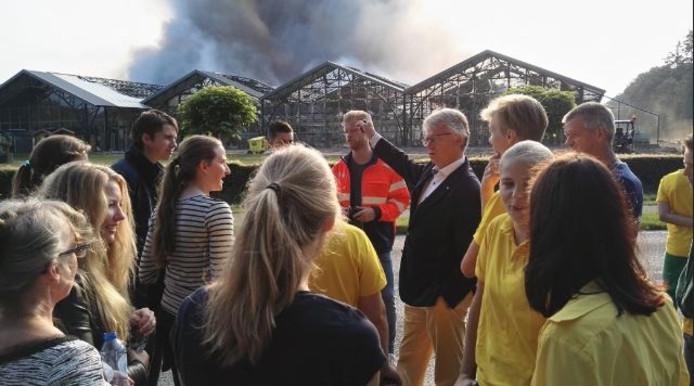 Burgemeester John Berends praat met werknemers van Fonteyn: ,,heel veel sterkte gewenst.''