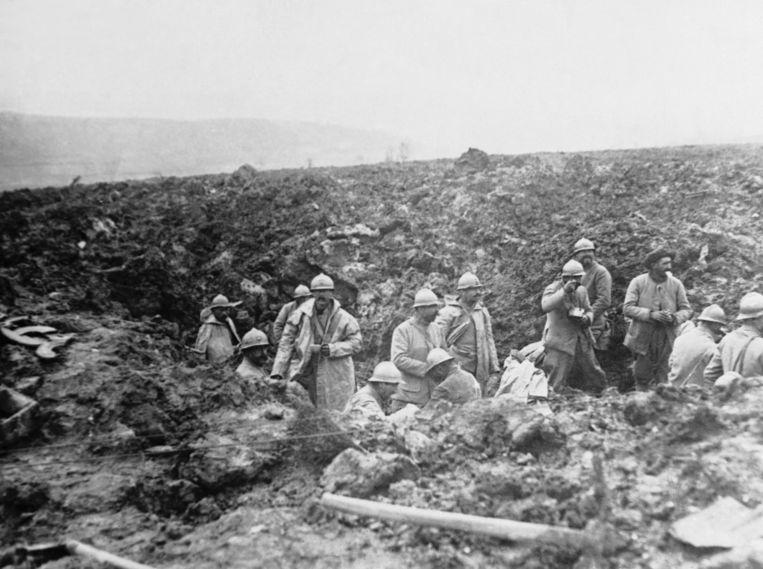 Archieffoto uit oktober 1917. Franse soldaten in een granaattrechter tijdens het offensief waarna ze de Chemin des Dames heroverden op de Duitsers.  Beeld AP