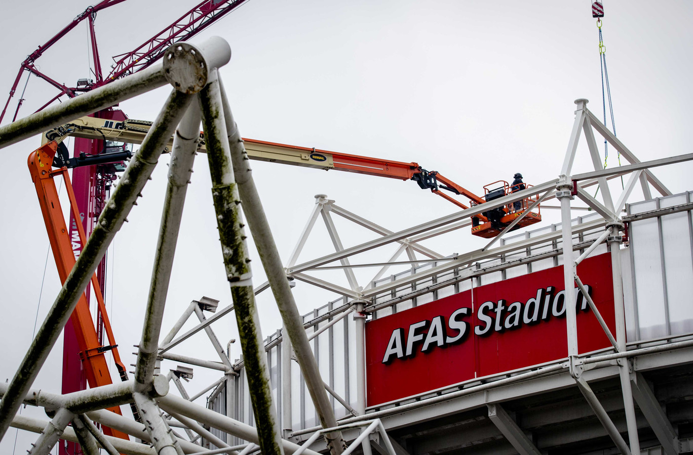 Werkzaamheden aan dak van het AFAS-stadion van AZ. Als de gemeente daartoe toestemming geeft, kan er weer gevoetbald worden in het stadion.