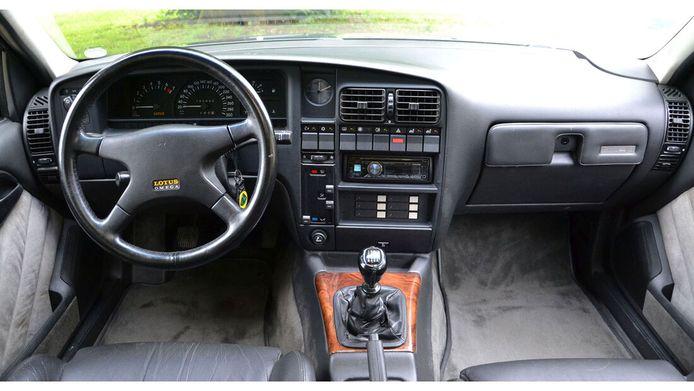 Het interieur van de Opel die net zo snel was als een Ferrari Testarossa.