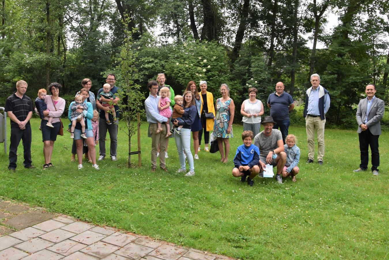 De geboorteboom in Schuiferskapelle werd aangeplant in aanwezigheid van de ouders, de leden van de Gezinsbond en enkele afgevaardigden van het schepencollege.