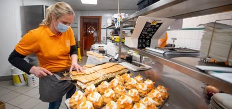 Topdrukte bij Holtense bakkerij Nijkamp: 'Alles is anders dit jaar, maar de oranjetompouce, die blijft'