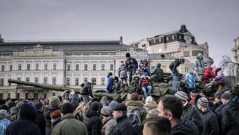 Mensen verzamelen zich op het St. Michael Plein in Kiev om de Russische militaire equipage die het Oekraïense leger in beslag nam, te bezichtigen.