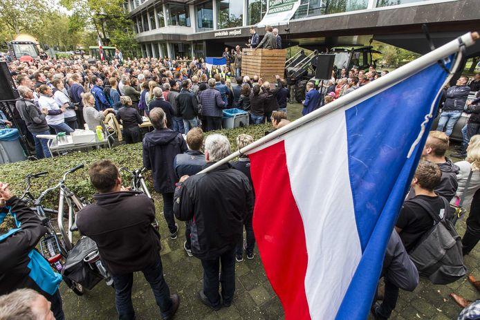 Boeren demonstreren bij het provinciehuis van Overijssel. Belangenbehartiger LTO Noord riep op tot de actie en eist een opschorting van de beleidsregels rond stikstof.