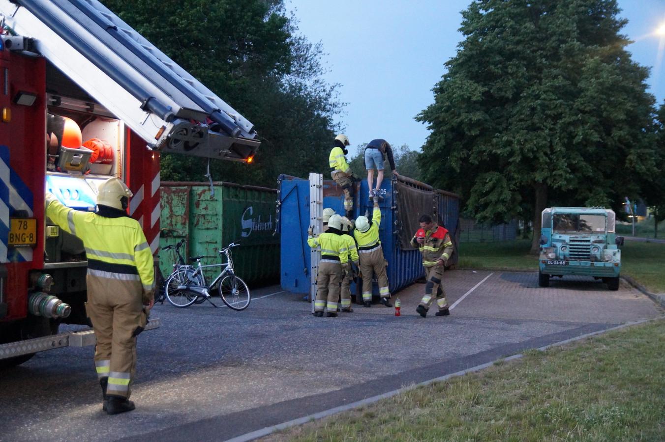 De brandweer schoot de jongens met een ladder te hulp.