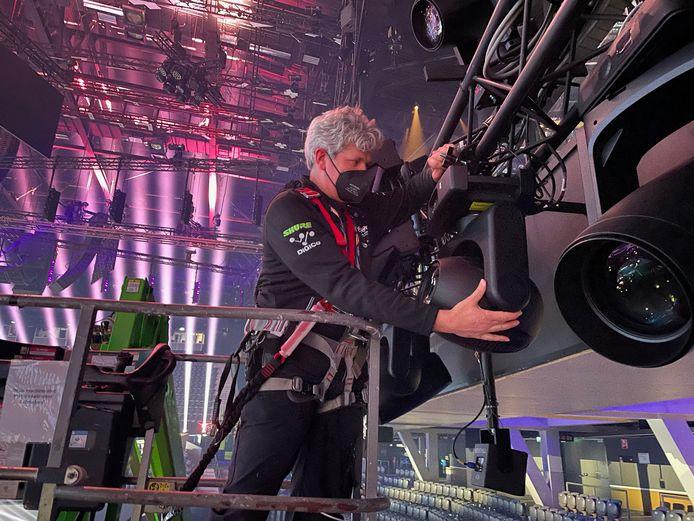 Ruben Geerts uit Denekamp aan het werk in Ahoy, Rotterdam bij de opbouw van het Songfestival.