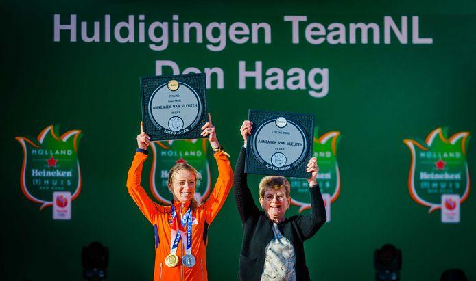 Annemiek van Vleuten en haar moeder Ria tijdens de huldiging bij het Olympic Festival.