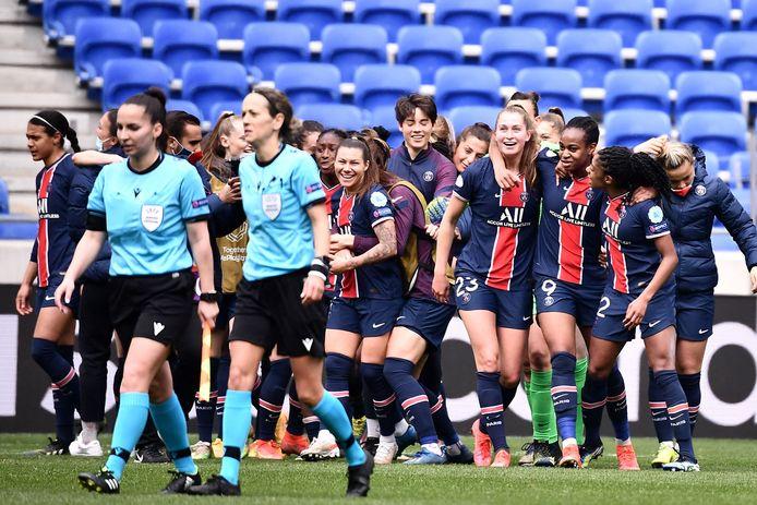 Vreugde bij de speelsters van PSG na de uitschakeling van Olympique Lyon.