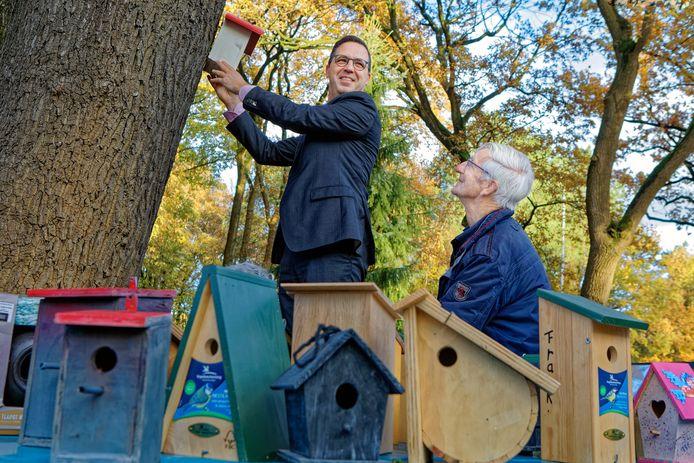 Bij Oosterhoutse Tennisclub De Warande werd werd een vogelhuisje geplaatst door wethouder Clemens Piena. Parkbeheerder Hans Janssen (rechts naast hem) ziet dat het goed is. Met de vogels die op de kastjes afkomen hoopt men de eikenprocessierups tegen te gaan.