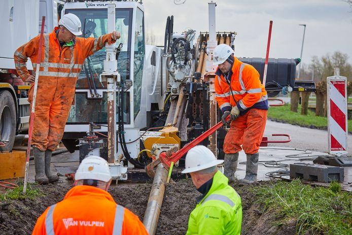 Aannemers verleggen tussen Lexmond en Vianen leidingen en kabels in verband met de verbreding van de A27.