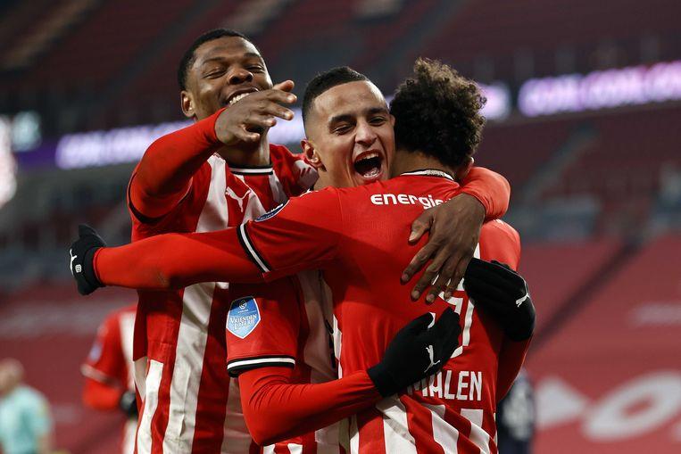 Denzel Dumfries (links) en Mohamed Ihattaren vieren het derde doelpunt van PSV met de maker daarvan, Donyell Malen. PSV won zaterdagavond met 3-0 van FC Twente.  Beeld ANP