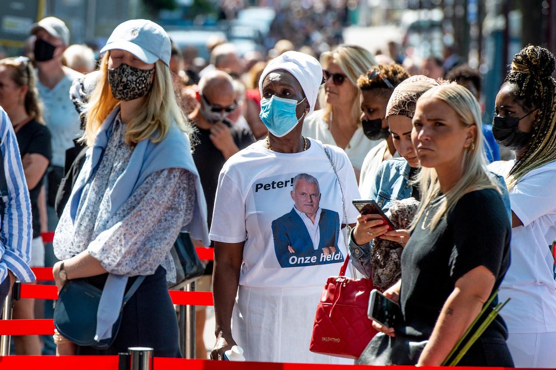 Duizenden mensen kwamen woensdag naar Carré om afscheid te nemen van Pete R. de Vries.  Beeld Brunopress