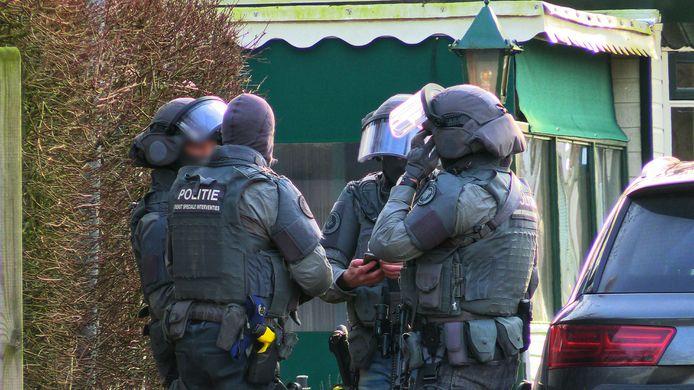 Op een camping in Enschede verschanst een persoon zich in een caravan. De persoon zou een gevaar vormen voor zij omgeving.