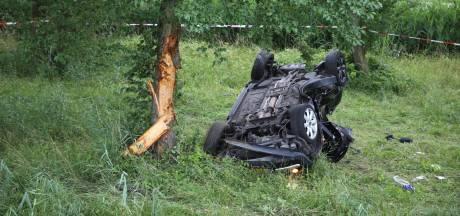 Auto raakt van snelweg en belandt tegen boom in Fijnaart, man en vrouw naar het ziekenhuis