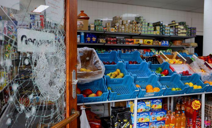 's Ochtends stond de vernielde voordeur van de slagerij al snel open 'voor al uw dagelijkse boodschappen'.  Een handgranaat belandde in de winkel zonder te exploderen. Een andere ontplofte op de stoep.