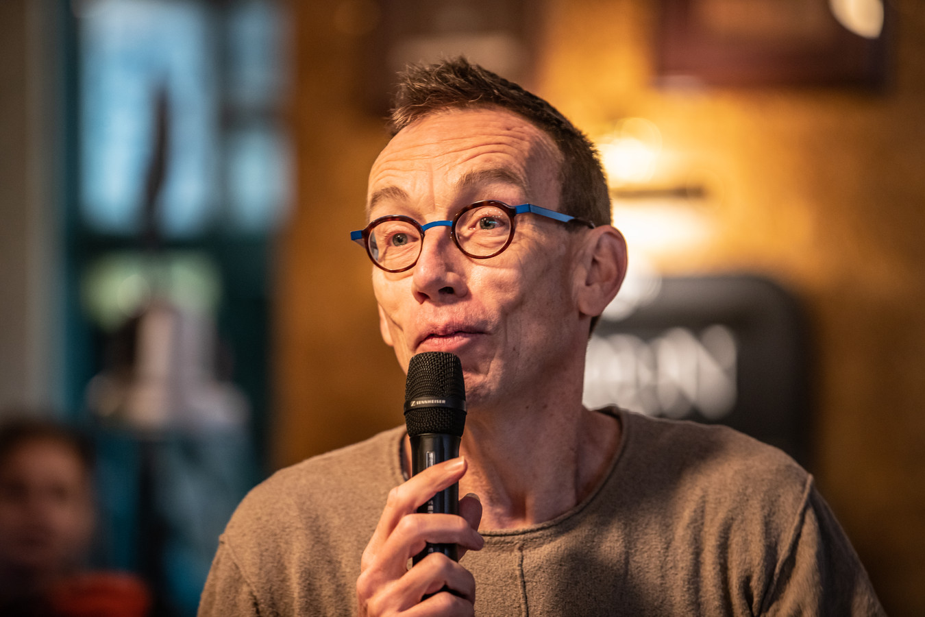 Cabaretier Dolf Jansen is presentator van Spijkers met Koppen.