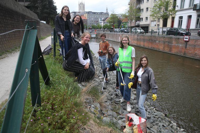 De leerlingen van het Sint-Lievenscollege staken de handen uit de mouwen.