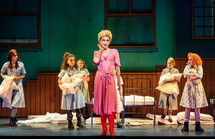 Scene uit de musical Annie.