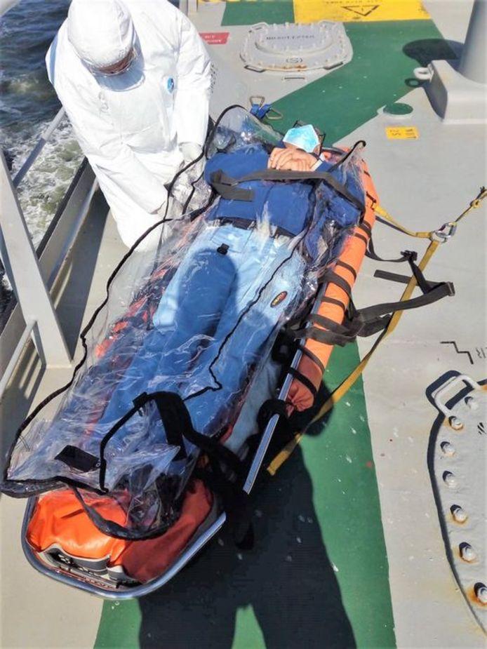 De kapitein van de olietanker Nord Oceania wordt geëvacueerd door de bemanning van de NH90-reddingshelikopter.