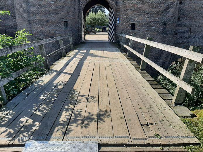 De tijdelijke constructie op de ophaalbrug van de voorburcht bij Kasteel Doornenburg.