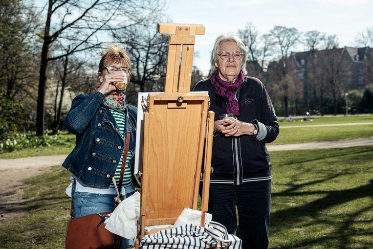 Pien Goemans (links) en Betty Sormani in het Vondelpark.  Beeld Jakob van Vliet