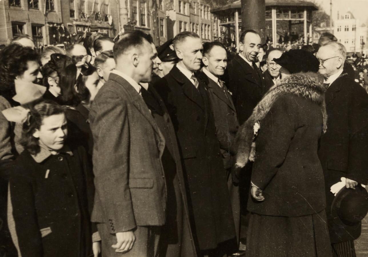 Verzetsstrijder Willem Poppe (links) in gesprek met koningin Wilhelmina, maart 1945.