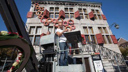 Stadhuis versierd met 11.000 levendige bloemen