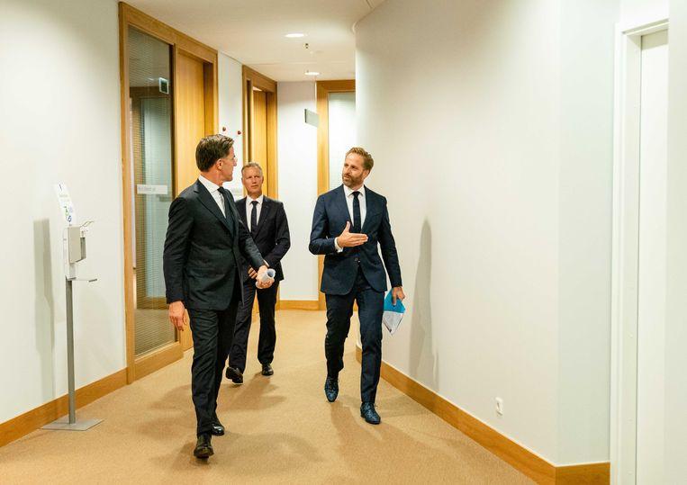 Demissionair premier Mark Rutte en demissionair minister Hugo de Jonge van volksgezondheid, welzijn en sport voor weer een persconferentie over versoepeling van de coronamaatregelen.  Beeld ANP