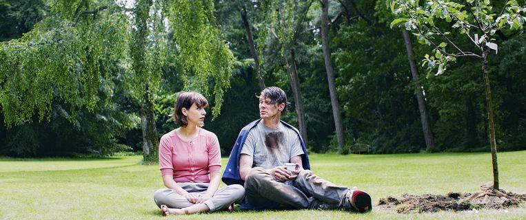 Julie (Markoesa Hamer) met haar onmogelijke ex-vriend Thijs (Gijs Naber). Beeld September Films