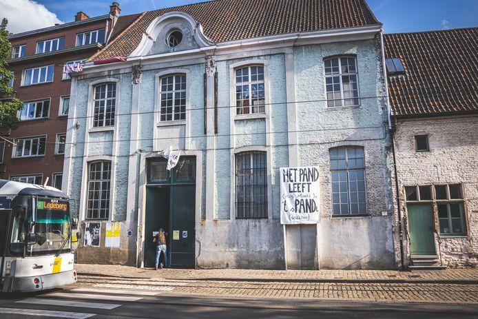 Het Caermersklooster in het Patershol in Gent wordt sinds mei bezet door tientallen krakers.