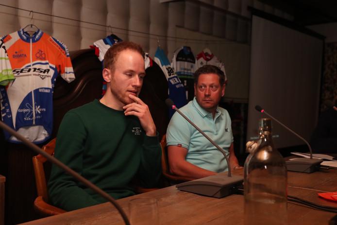 Marc Reef van Team Sunweb (links) en Jan Boven van Jumbo-Visma tijdens het wielercafé in Ootmarsum.