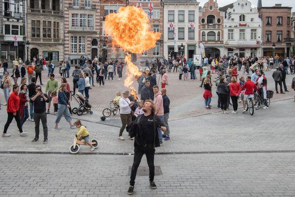 Veel Dendermondenaren zochten de Grote Markt op om het Ros Beiaardlied te zingen. Onder hen ook een vuurspuwer.