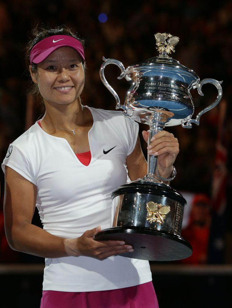 Li Na pronkt met de trofee in Melbourne. Beeld AP