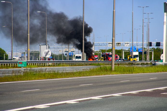 Bij een autobrand langs de A1 bij Apeldoorn komt veel rook vrij.
