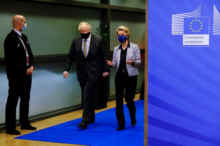Europees Commissievoorzitter Ursula von der Leyen en de Britse premier Boris Johnson. De laatste heeft, wat de vaccinatiecampagne betreft, voorlopig het recht te pochen.  Beeld Photo News
