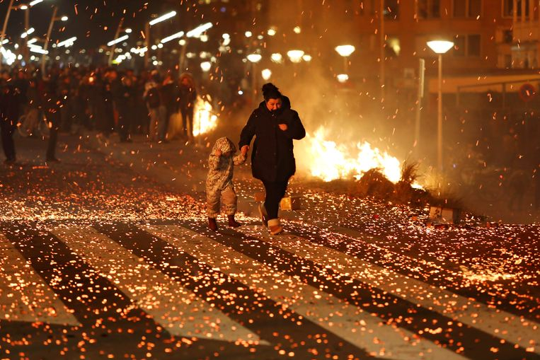 Rennen om de vuurregen te ontwijken op de boulevard van Scheveningen. Beeld Dick Teske