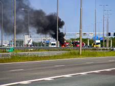 Metershoge vlammen bij autobrand op A1 bij Apeldoorn