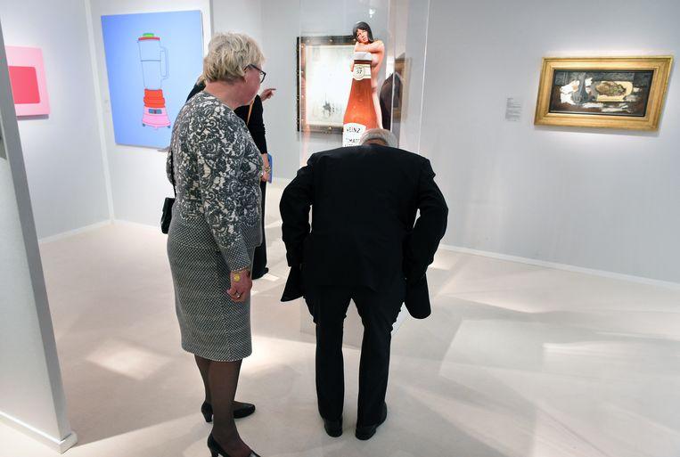 Kijkend naar kunst op de kunstbeurs Tefaf in Maastricht (2019).  Beeld Marcel van den Bergh/de Volkskrant