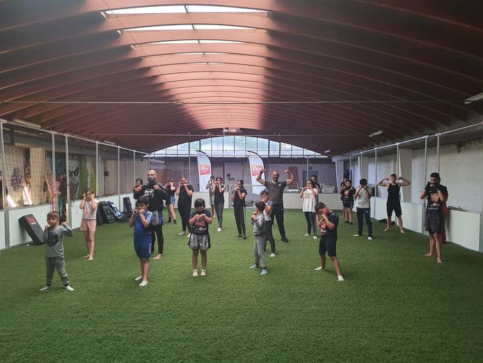 De sportclub in actie in de Meibloemstraat in de Brugse Poort.