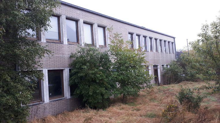 Op de plaats waar nu nog een verloederd schoolgebouw staat, wordt een nieuw woonproject gerealiseerd.