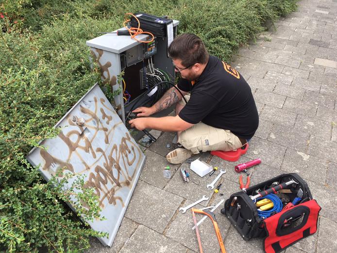 Ook even verderop in de wijk Krinkelhoek is een Ziggo-monteur aan het werk, net als in de Orseleindstraat.