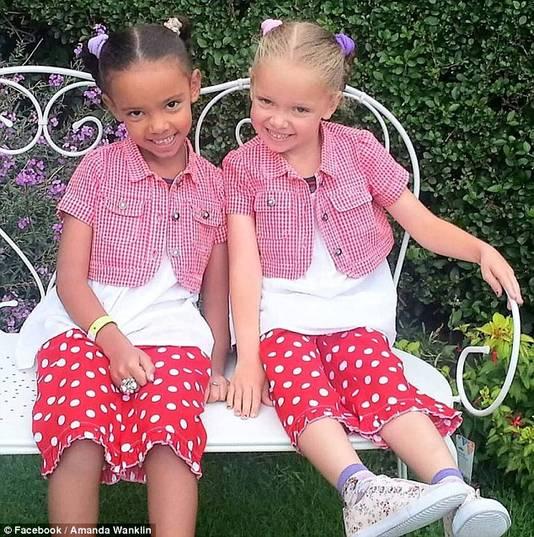 Millie (links) heeft een donkere huid, bruine ogen en zwart haar. Marcia daarentegen heeft een blanke huid, blauwe ogen en blond haar.