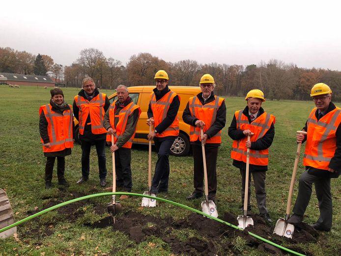 De aanleg van een glasvezelnetwerk in de buitengebieden op de Noord-Veluwe en Kampen-Zuid is vrijdag begonnen.