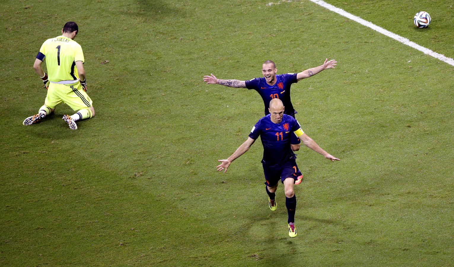 Arjen Robben en Wesley Sneijder vieren op het WK een treffer tegen Spanje.