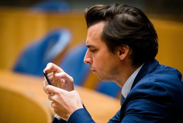 Thierry Baudet (FvD) kijkt op zijn telefoon tijdens het vragenuur in de Tweede Kamer. Beeld ANP