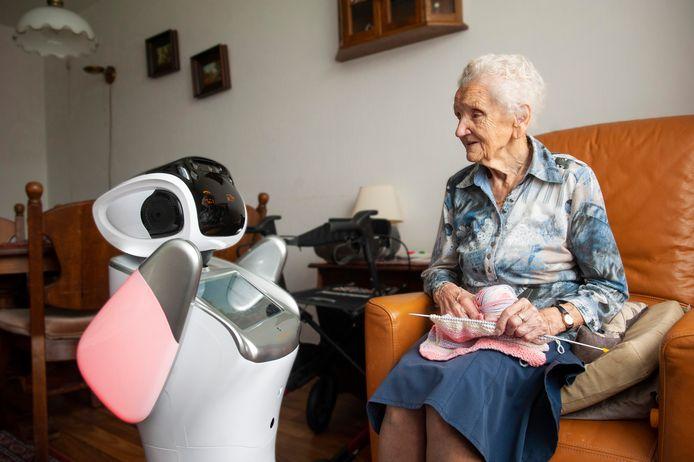 Zorgrobot Sara in actie in een zorgcentrum in Kaatsheuvel.
