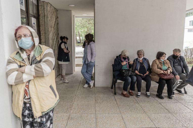 Medewerkers van een resort in Albena, Bulgarije wachten op hun coronavaccinatie. Beeld Getty Images
