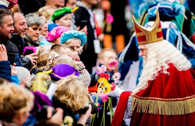 Sinterklaas arriveert met zijn pieten in het centrum van Dokkum tijdens de landelijke intocht op 18 november. Beeld ANP