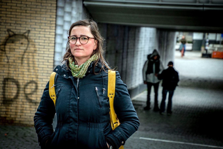Anna Bartmann, op de achtergrond is ervaringsdeskundige Zbyszek in gesprek met een dakloze.