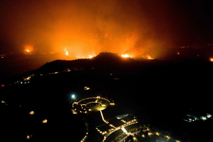 Un feu de forêt s'approche de l'Académie olympique dans l'ancienne Olympie, dans l'ouest de la Grèce, le 4 août 2021.